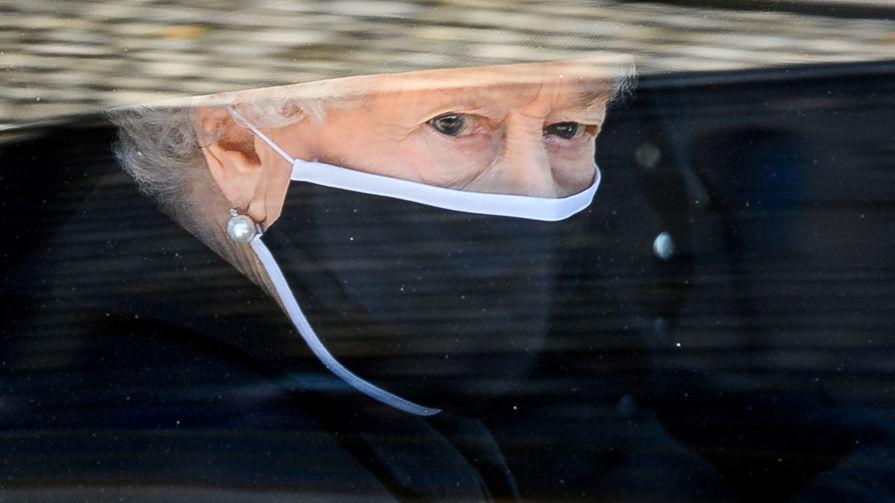Королева Великобритании Елизавета II прибывает на церемонию похорон своего супруга герцога Эдинбургского Филиппа, 17 апреля 2021 года