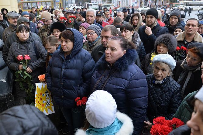 Местные жители во время прощания с Олегом Поповым у здания Ростовского государственного цирка, где проходили его последние гастроли