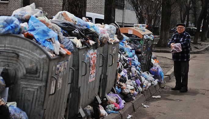 Мусорные баки во дворе жилого дома во Львове, март 2017 года