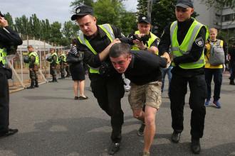 Сотрудники правоохранительных органов арестовывают мужчину во время акции «Бессмертный полк» в Киеве, 9 мая 2018 года