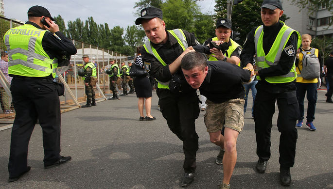 Сотрудники правоохранительных органов арестовывают мужчину во время акции «Бессмертный...