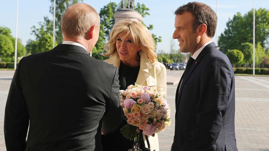 Макрон причинил боль жене на глазах у Путина