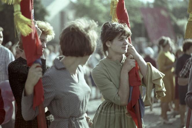 Ткачихи швейной фабрики имени 40-летия ВЛКСМ во время первомайской демонстрации в Тирасполе, 1964 год