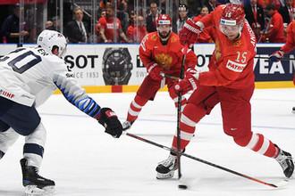 Игрок сборной США Райан Сутер (слева) и игрок сборной России Артём Анисимов в матче 1/4 финала чемпионата мира по хоккею между сборными командами России и США, 23 мая 2019 года