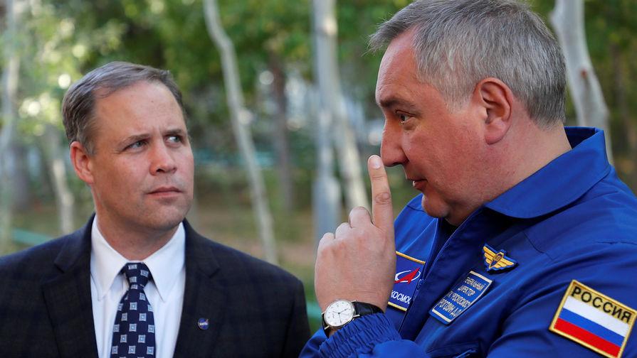 Глава NASA Джим Брайденстайн и глава «Роскосмоса» Дмитрий Рогозин во время встречи на Байконуре, октябрь 2018 года