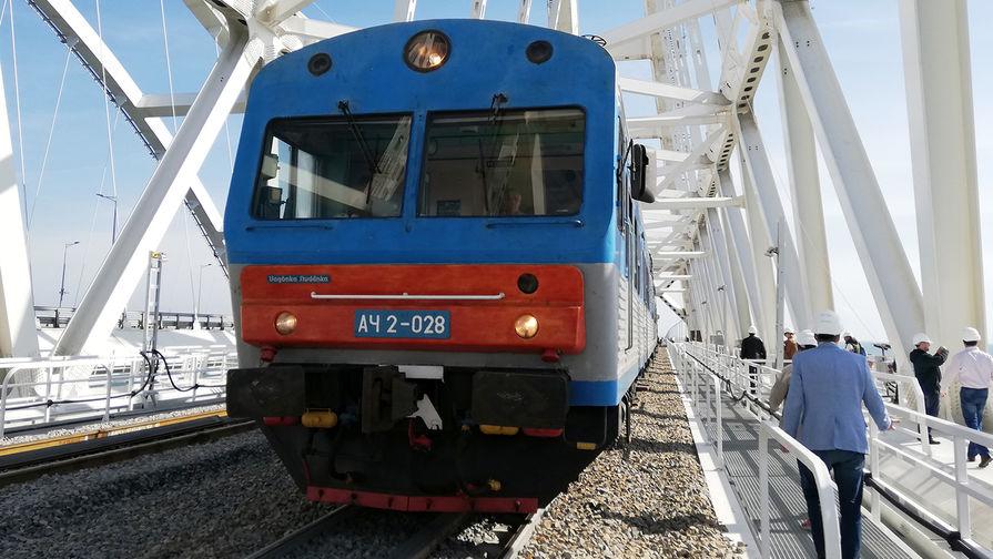 Дизель-поезд на железнодорожной части Крымского моста, 24 сентября 2019 года