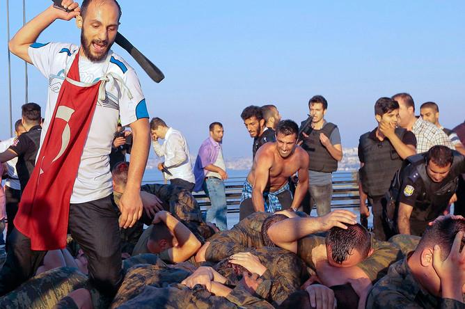 Сторонники президента Турции Реджепа Тайипа Эрдогана атакуют военных, принимавших участие в попытке военного переворота