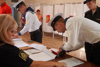 Курсанты во время голосования на избирательном участке в Севастополе, 10 сентября 2017 года