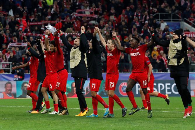 Футболисты московского «Спартака» празднуют победу над «Севильей» в матче третьего тура группового этапа Лиги чемпионов.