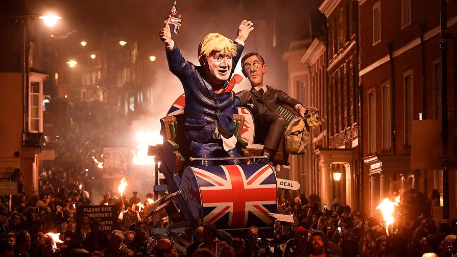 В британском Льюисе во время Ночи Гая Фокса, 5 ноября 2019 год