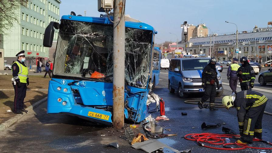 Последствия столкновения пассажирского автобуса с мачтой освещения на ул. Марксистская.