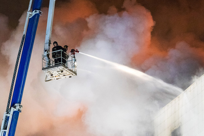 Во время ликвидации пожара в торгово-развлекательном центре «Зимняя вишня» на проспекте Ленина, Кемерово, 25 марта 2018 года