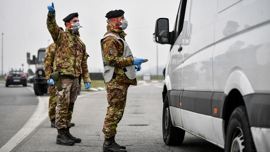 Итальянские военнослужащие на одной из дорог в коммуне Турано-Лодиджано, 25 февраля 2020 года