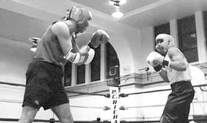Майкл Константино (слева) в одном из любительских боев
