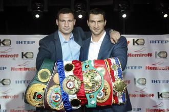 Владимиру Кличко (справа) придется оборонять чемпионские пояса от Александра Поветкина