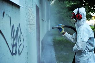Пока самым надежным способом борьбы с нелегальной рекламой на асфальте и стенах остается простая краска