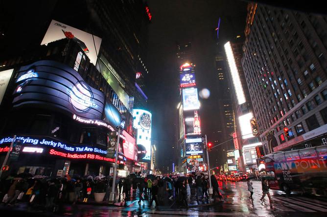 Вид на площадь «Таймс-сквер» перед началом экологической акции «Час Земли» в Нью-Йорке