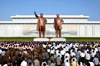 Жители КНДР возле памятников Ким Ир Сену и его сыну Ким Чен Иру в годовщину смерти «Великого вождя»