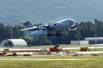 Boeing С-17 ВВС США на взлетно-посадочной полосе авиабазы Манас