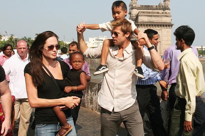 Анджелина Джоли и Бред Питт с дочерью Захарой и сыном Мэддоксом в Мумбаи, 2006 год