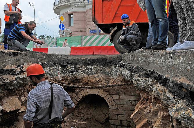 Найденный во время раскопок на Тверской улице фрагмент арки, предположительно, оставшейся от города Белого