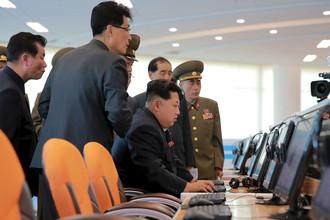 Северокорейский лидер Ким Чен Ын за компьютером