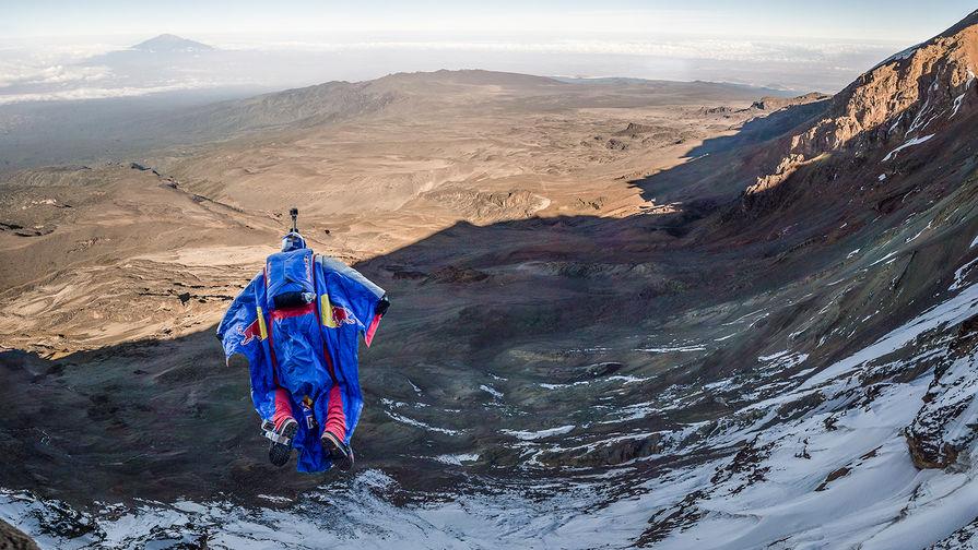 Валерий Розов совершает прыжок с Килиманджаро, Танзания, 10 февраля 2015