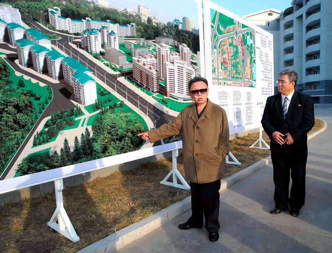Ким Чен Ир у плана нового жилого комплекса в Пхеньяне, снимок опубликован в 2009 году