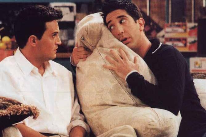 Мэттью Перри и Дэвид Швиммер. Кадр из сериала «Друзья» (1994)