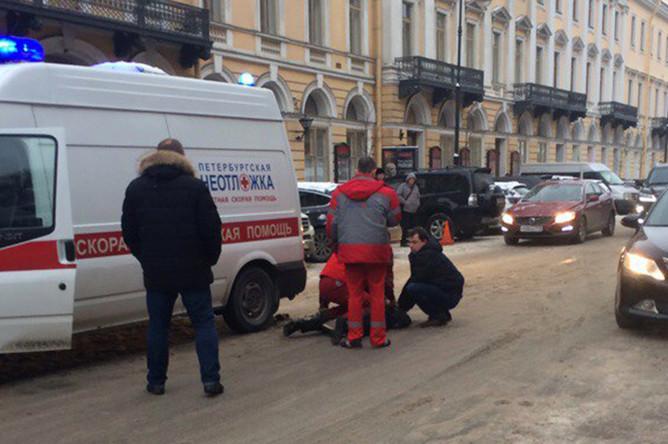 На месте ДТП Mercedes и автомобиля скорой помощи в центре Санкт-Петерурга