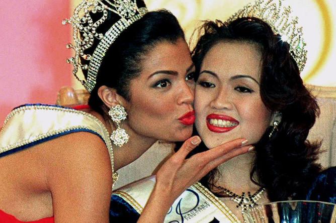 «Мисс Вселенная» 1995 года Челси Смит поздравляет новую «Мисс Вселенную» с победой на конкурсе красоты, 1996 год