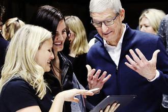 Певица Лана Дель Рей и глава Apple Тим Кук во время презентации компании в Нью-Йорке, октябрь 2018 года