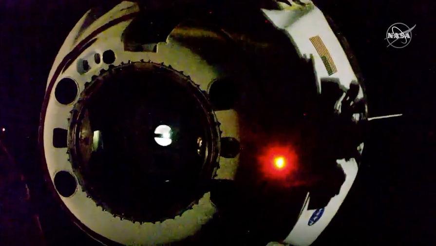 Космический корабль Crew Dragon во время отстыковки от МКС, 1 августа 2020 года