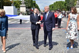 Первая леди Франции Брижит Макрон, президент Эммануэль Макрон и президент США Дональд Трамп с супругой Меланьей во время парада по случаю Дня взятия Бастилии в Париже, 14 июля 2017 года
