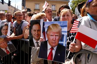 Портреты Дональда Трампа и президента Польши Анджея Дуды перед выступлением американского президента на площади Красиньских в Варшаве, 6 июля 2017 года