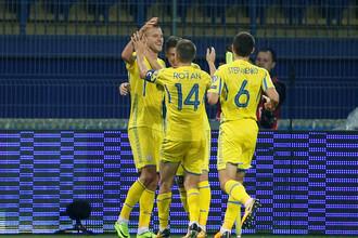 Футболист сборной Украины Андрей Ярмоленко празднует второй гол в ворота сборной Турции