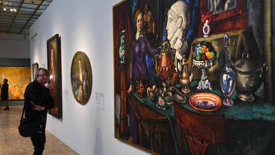Посетитель на открытии выставки «Некто 1917» в Третьяковской галерее