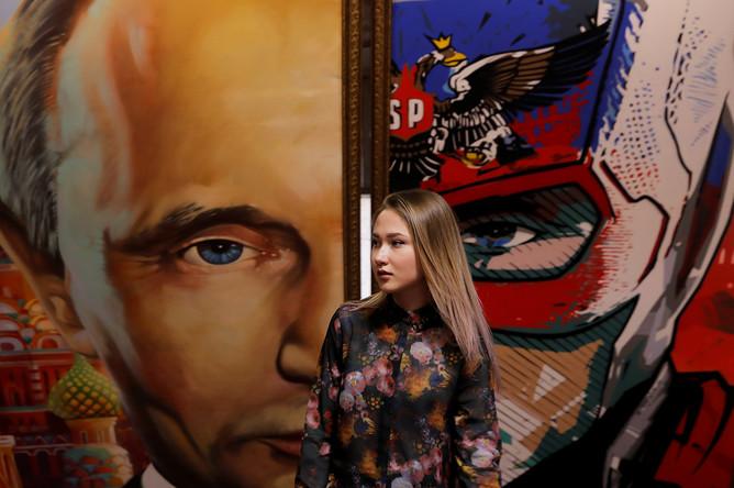 Картина с изображением Владимира Путина на выставке в Москве, 6 декабря 2017 года