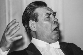 Певец Александр Ведерников во время выступления в доме-музее Ф. Шаляпина в Москве, 1994 года