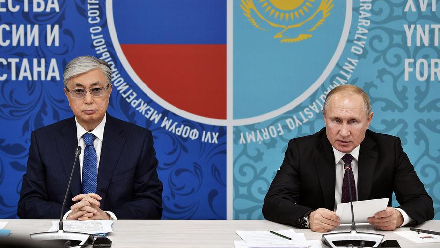 Президент Казахстана Касым-Жомарт Токаев и президент России Владимир Путин во время заседания форума межрегионального сотрудничества в Омске, 7 ноября 2019 года