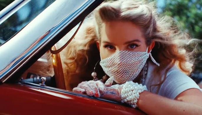 Кадр из клипа Lana Del Rey 'Chemtrails Over The Country Club'
