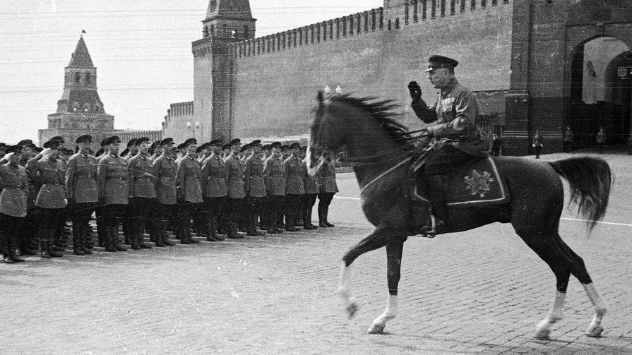 Народный комиссар по военным и морским делам СССР Климент Ворошилов во время парада на Красной площади, 1934 год