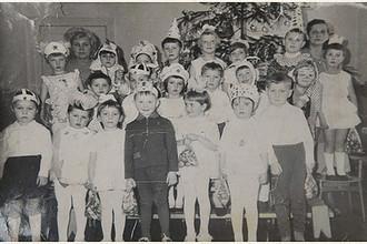 Снимок группы воспитанников детсада с воспитателями, сделанная в начале 1972-го. Из архива Марии Кудрешовой