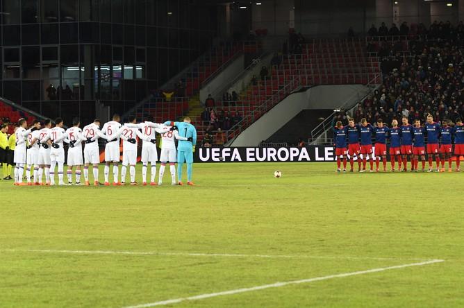 Футболист ЦСКА и «Лиона» перед началом матча 1/8 финала Лиги Европы