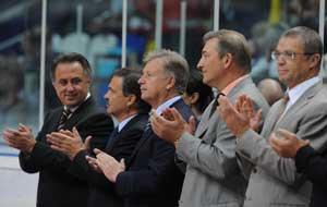 Рене Фазель (второй слева) среди отечественных спортивных руководителей