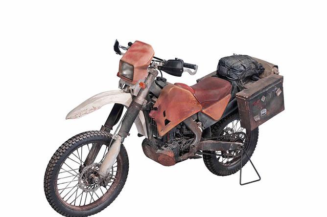 Мотоцикл HondaCRF250R, на котором Дэниел Крейг в роли Джеймса Бонда ездит в фильме 2012 года «Координаты: «Скайфолл» (Оценка: ?15 000- 25 000)