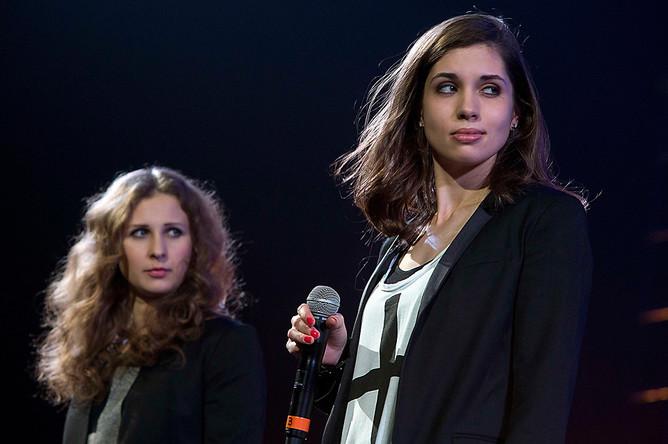 Надежда Толоконникова и Мария Алехина выступают с политической речью на концерте в нью-йоркском Barclays Center