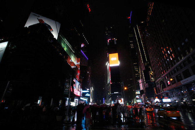 Вид на площадь «Таймс-сквер» после отключения подсветки в рамках экологической акции «Час Земли» в Нью-Йорке