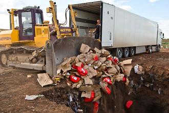 Уничтожение импортного сыра на полигоне в Оренбургской области, август 2015 года
