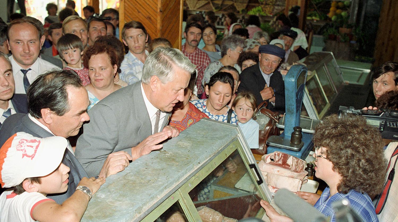 Председатель Верховного Совета РСФСР Борис Ельцин в продовольственном магазине в Татарской АССР во время поездки по регионам, 1990 год